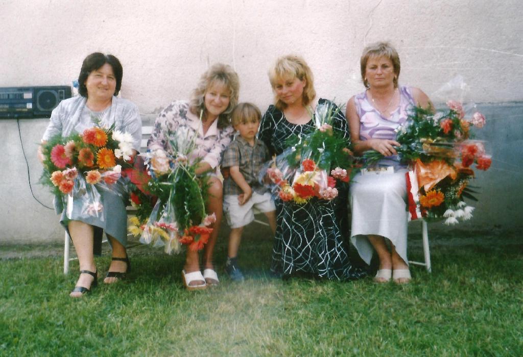 Kollégákkal és az elmaradhatatlan Pedagógusnapi virágcsokrokkal az 1990-es években