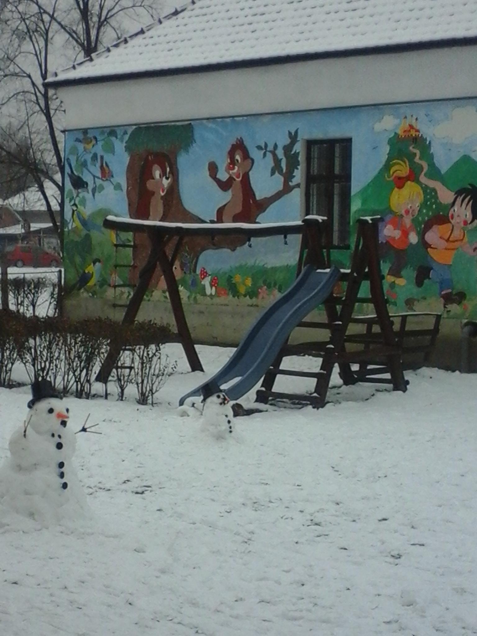 (A kép az udvar színfoltja, a szomszédos épület festett fala)